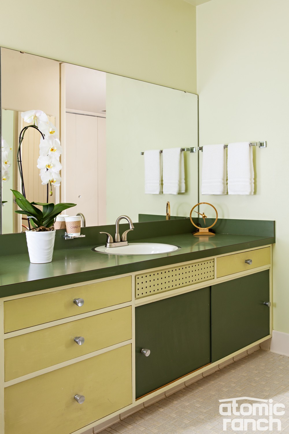 midmod details green bathroom