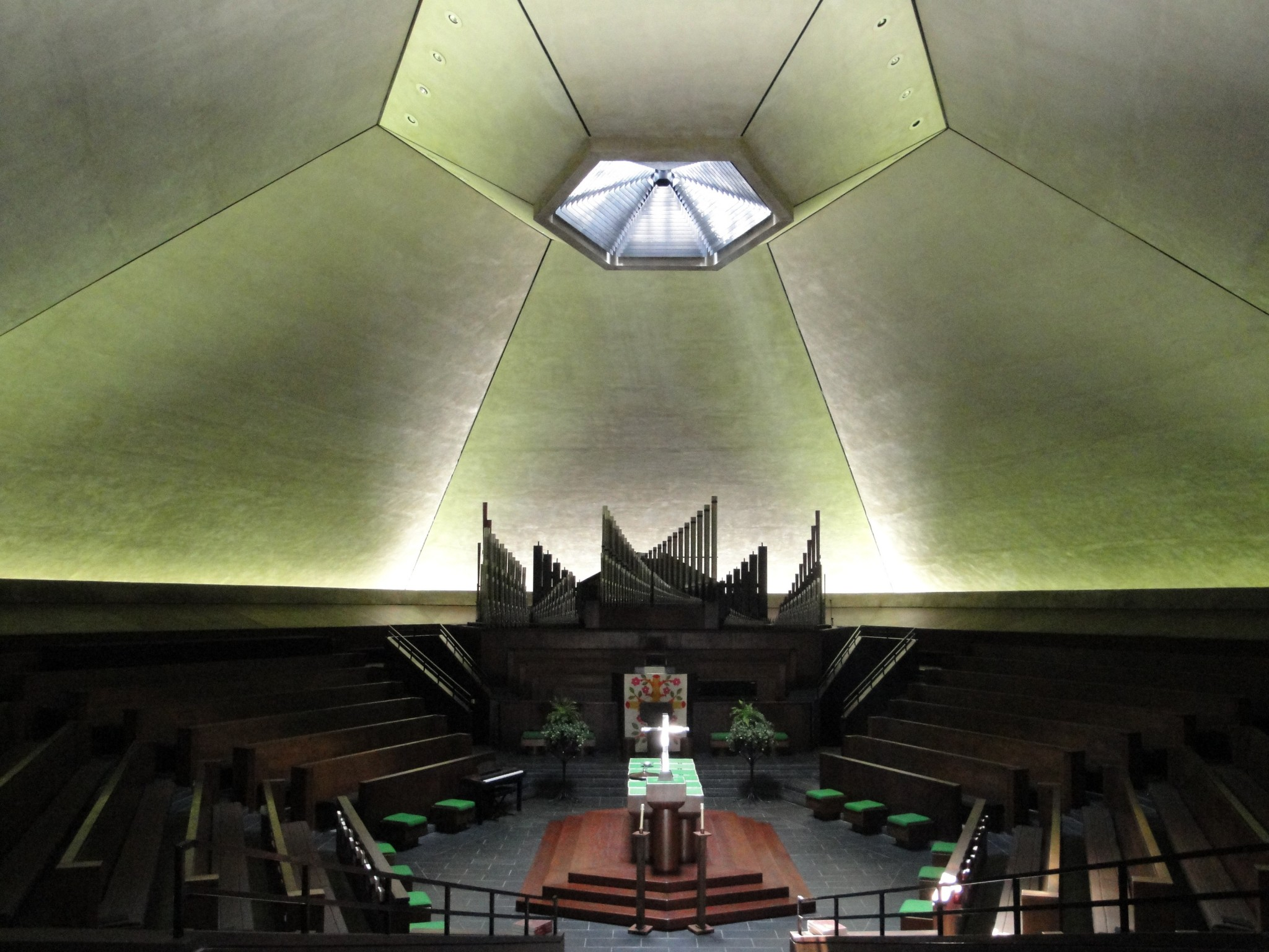 Inside Saarinen's North Christian Church