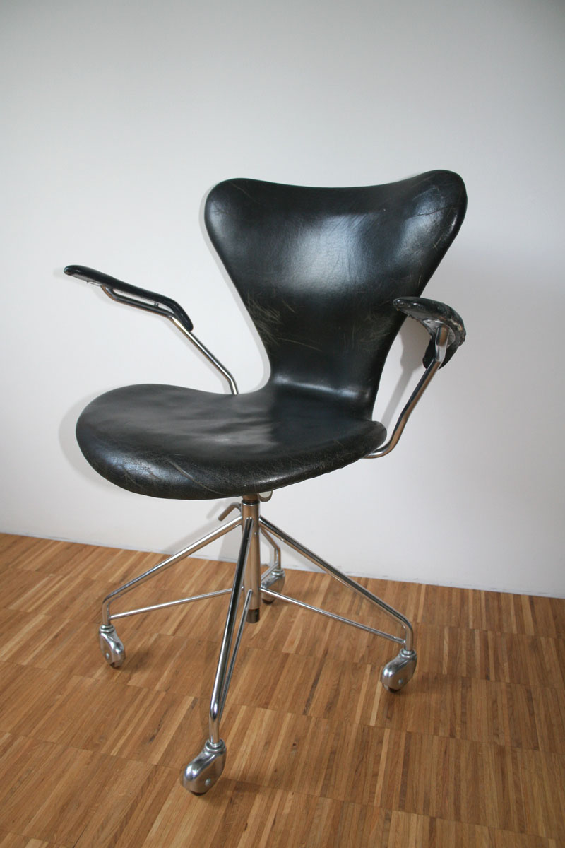 Series 7 chair. Image by Arkines/Wikimedia Commons.