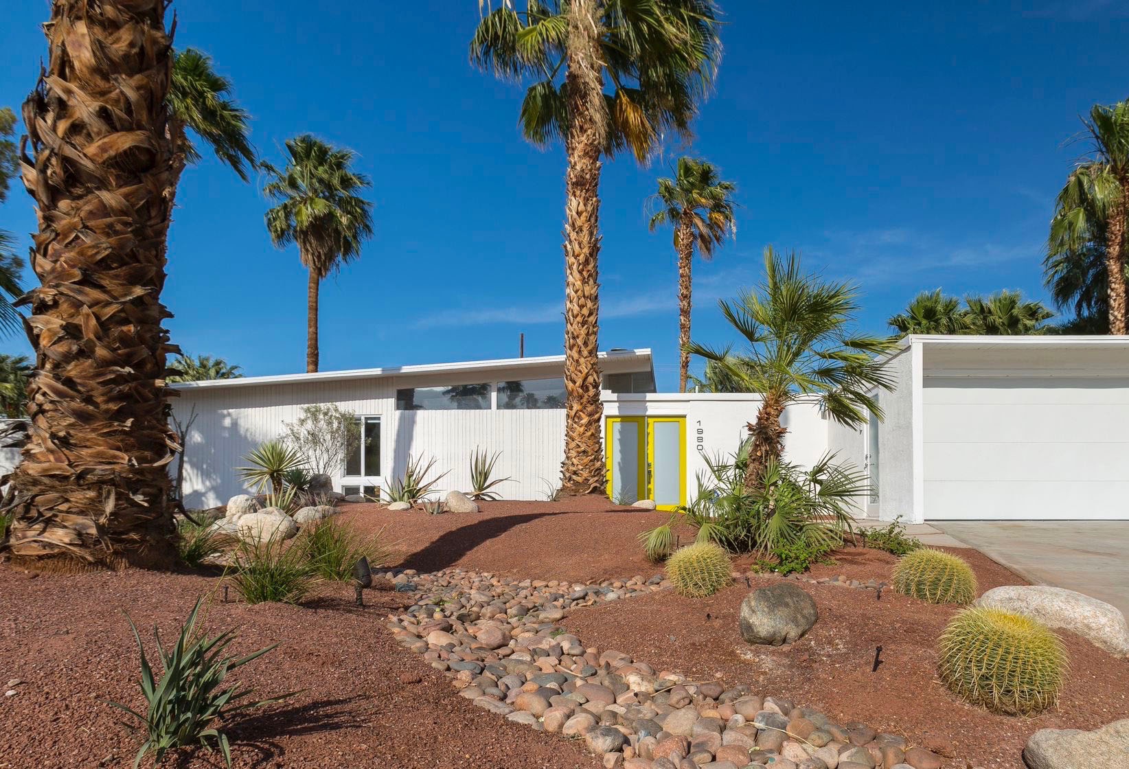 The xeroscape yard of a Palm Springs Meiselman home. Source