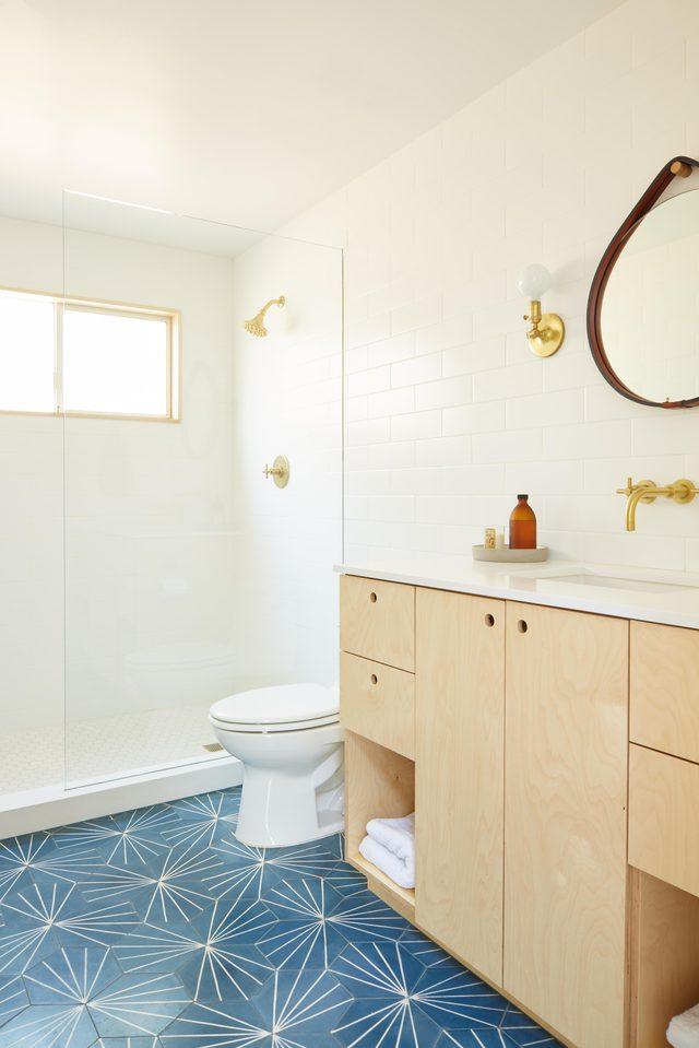 Bright mid-century bathroom with patterned floors by interior designer Jessica Hansen