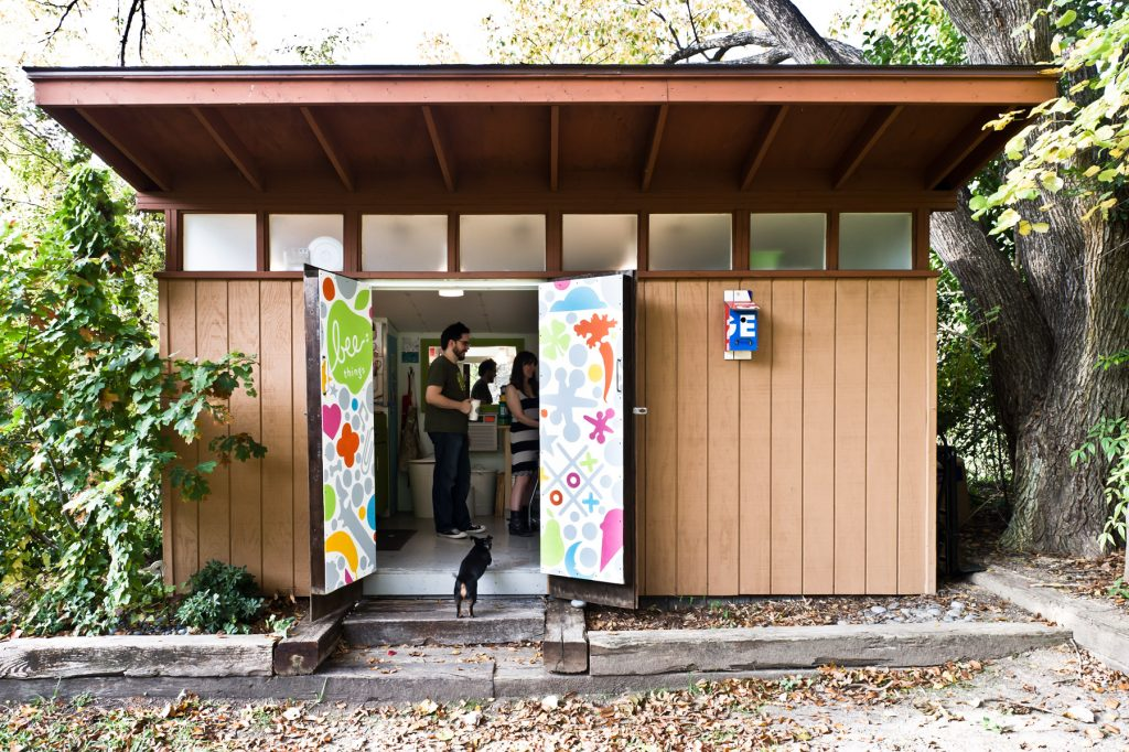An artistic Dallas, Texas couple expresses their creativity through mid century interior design—resulting in a vibrantly personal mod home. Atomic Ranch