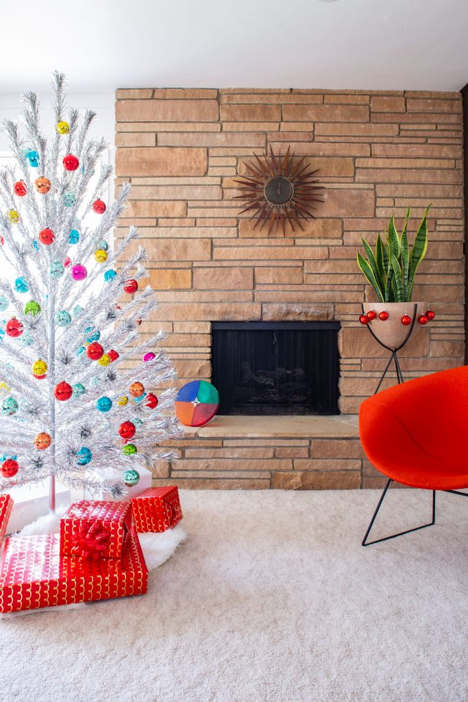 Minimalistic mid century Christmas decor is an easier look to achieve than you may believe. Here's how to curate show-stopping holiday decor with retro flair. Atomic Ranch