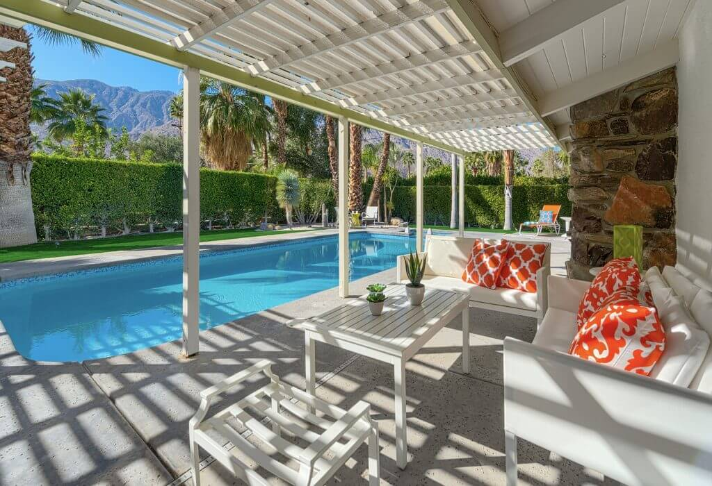 If you go to one Modernism Week house tour, make sure it's this one. #atomicranch #midcentury #palmsprings #pool #modernismweek