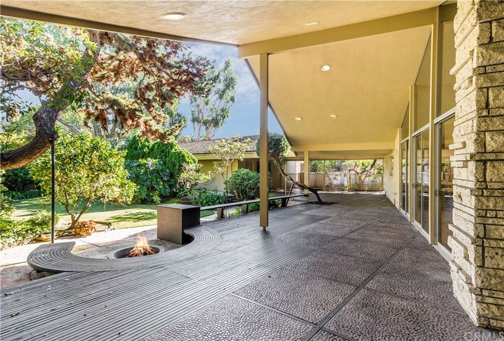 Mid Century Modern backyard landscaping and patio