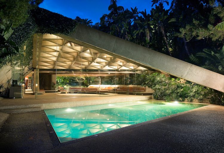 Mid century movie of the Sheats-Goldstein Residence with concrete triangle roof.